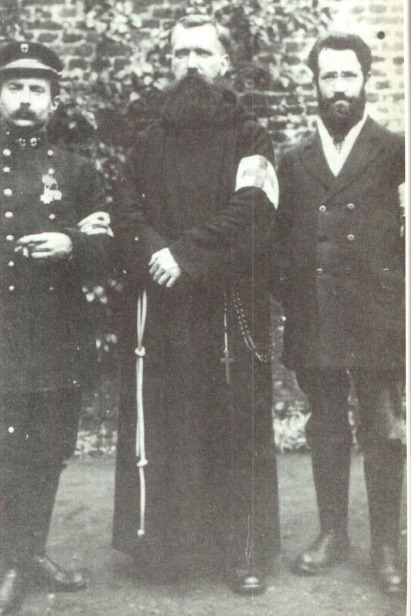 Rechts Lucien Speder, midden Valerius Claes, links wagenvoerder (foto Tireliren)