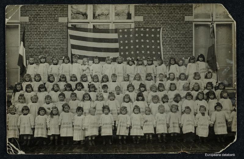 Kinderen dragen kleedjes gemaakt van de zakken met hulpgoederen van de Amerikaanse Commission for Relief o.l.v. Herbert Hoover (foto Europeana databank)