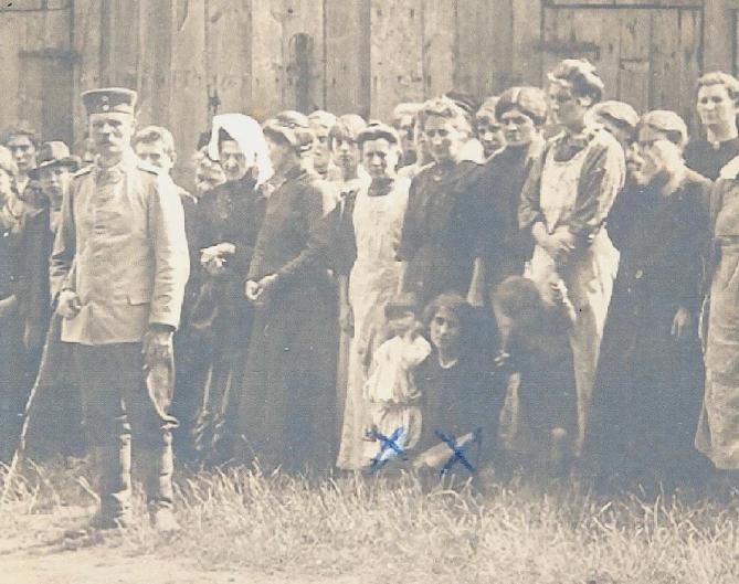 Leuvense gevangenen in het kamp van Munster. De twee blauwe kruisjes geven de plaats van Marie-Thérèse Delfosse en de tweejarige Henriëtte Peeters aan. Zij werden op 26 augustus 1914 naar een Duits gevangenekamp gedeporteerd (foto Europeana databank)