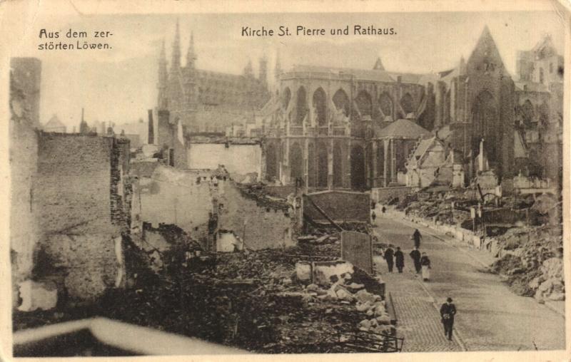 Zicht op de beschadigde St-Pieterskerk en het bewaarde stadhuis (foto Stadsarchief Leuven)