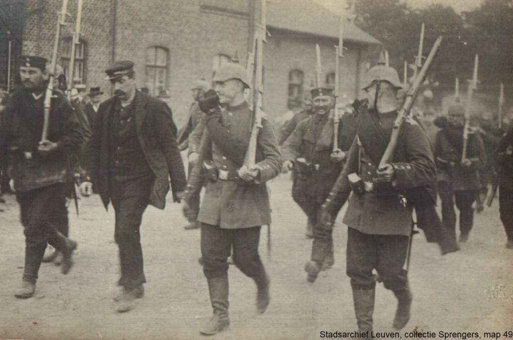 Gevangene wordt weggeleid (foto Stadsarchief Leuven, collectie Sprengers, map 49)