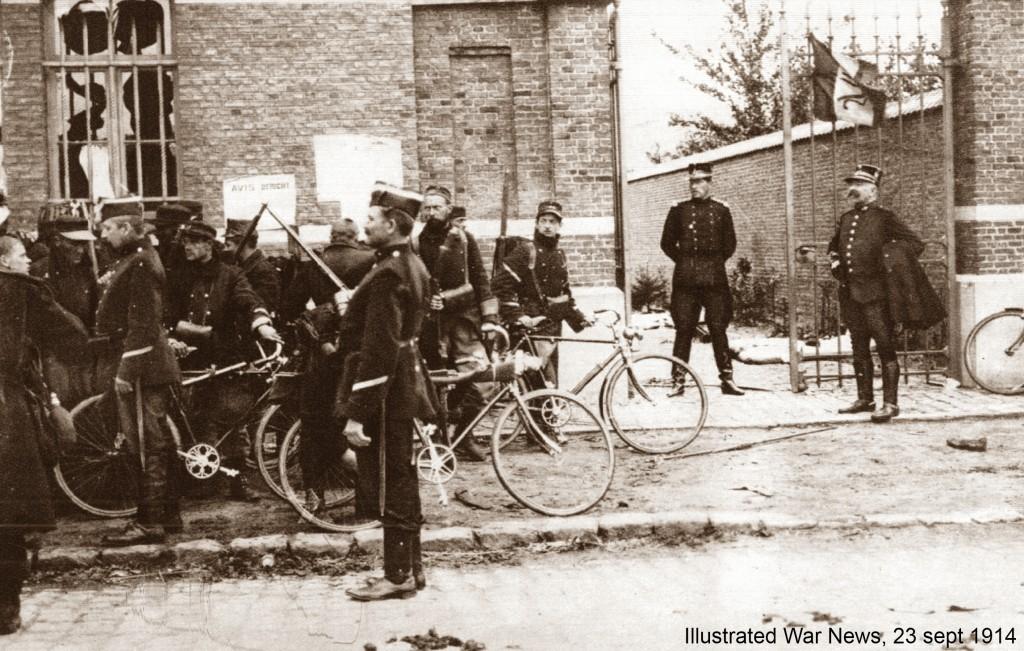 Koning Albert I kijkt toe op karabiniers-wielrijders (Illustrated War News)