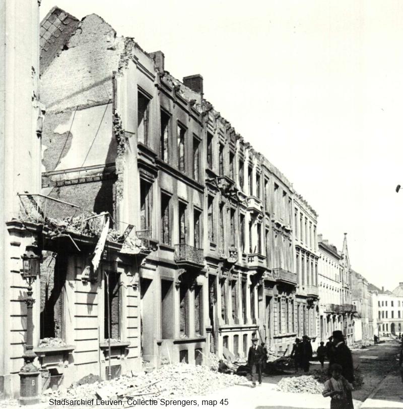 In de Leopoldstraat werden alle huizen in brand gestoken, augustus 1914 (foto Stadsarchief Leuven, collectie Sprengers, map 45)