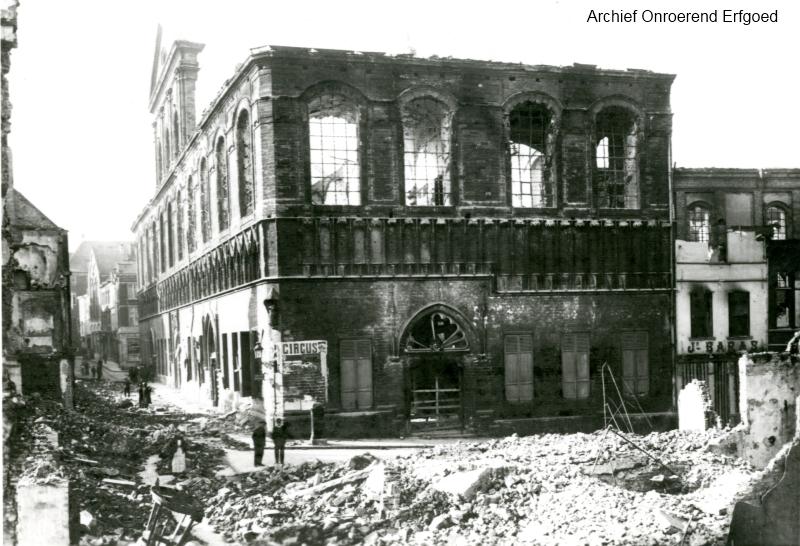 De uitgebrande hallen in de Naamsesstraat met daarin de bibliotheekvleugel