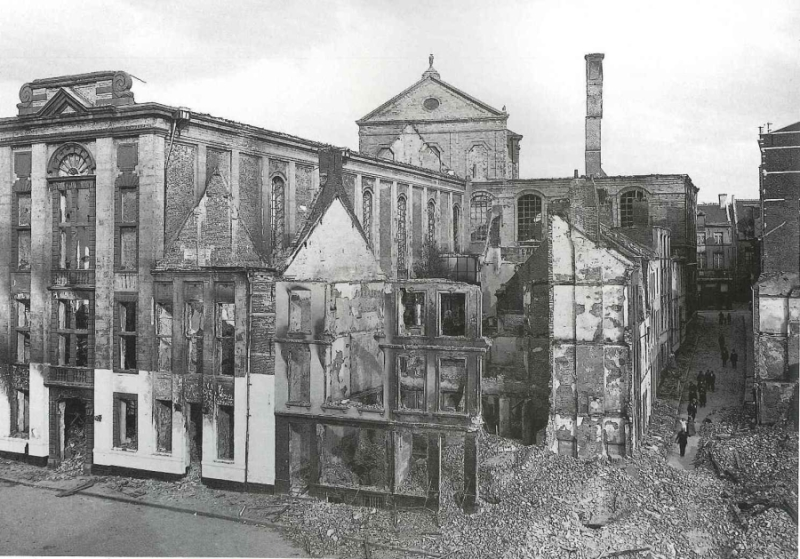 Zicht op vernietigde deel van de Oude Markt met universiteitsbib (foto Fuglister)
