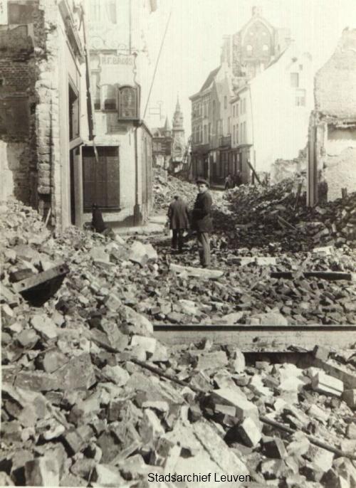 Parijsstraat, met postgebouw op de achtergrond (foto Stadsarchief Leuven, collectie Uytterhoeven, map 91)