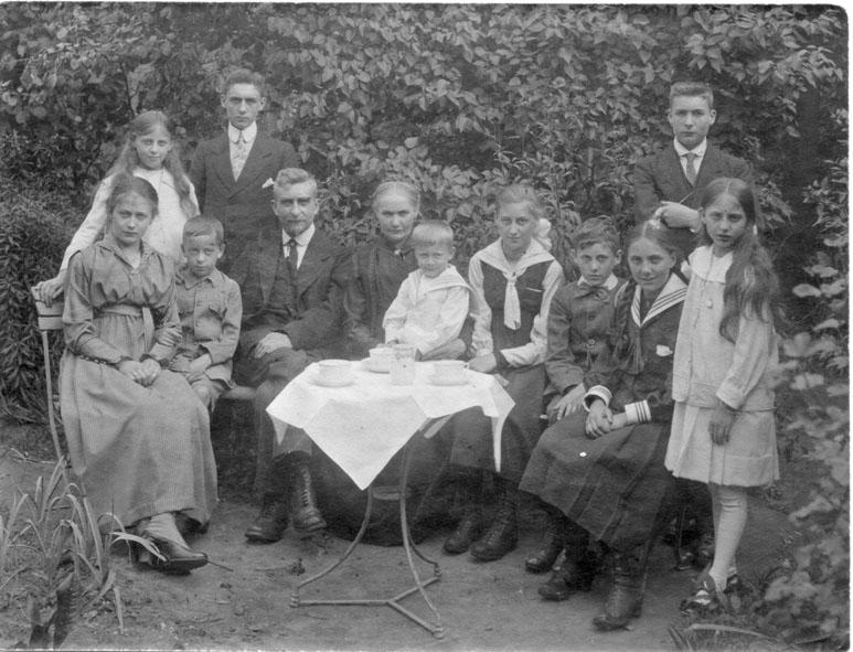Lodewijk Scharpé (44j) met zijn vrouw en tien kinderen (Foto Dirk Wilms)