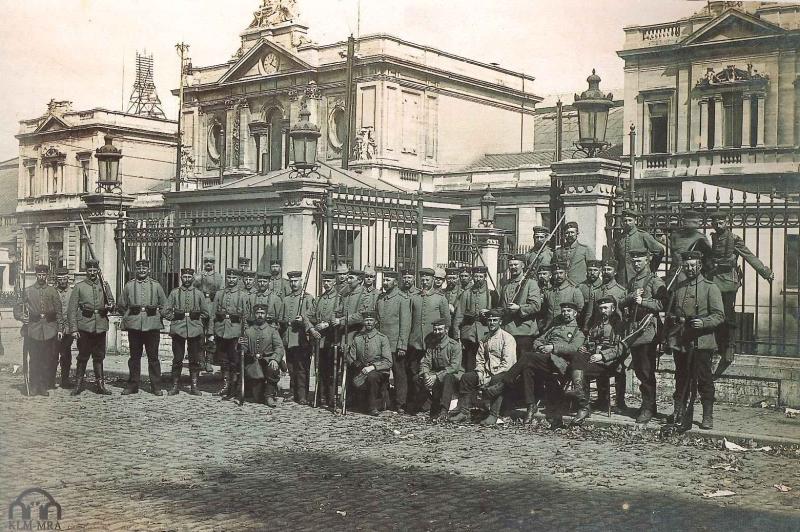 Duitse troepen poseren voor het station in Leuven (foto Koninklijk Legermuseum)