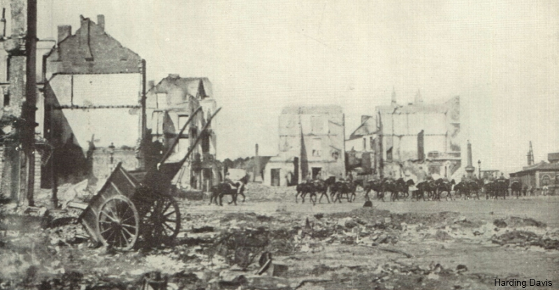 Stationplein in Leuven, kort na de brandstichting (foto Harding Davis 1915)