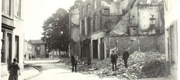Tiensestraat met op de achtergrond het tolhuisje van de Tiensepoort (foto Stadsarchief Leuven)