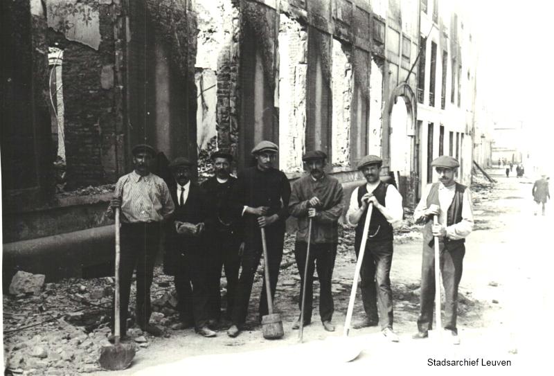 Een ploeg werkmannen gaat puin ruimen, hier in de Vaartstraat (foto Stadsarchief Leuven collectie Sprengers, map 45)