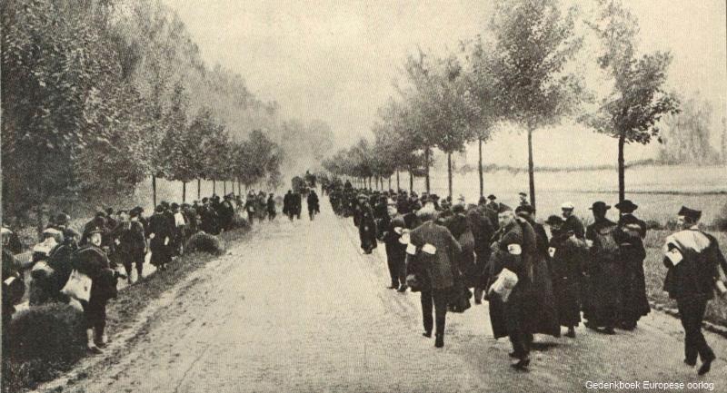 Vluchtelingen op de uitvalswegen rond Leuven (foto Gedenkboek Europese oorlog; de Gerlache)