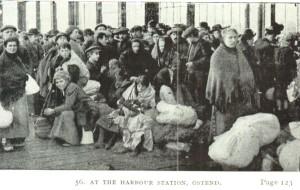 Belgische vluchtelingen in Oostende wachten op een overtocht over zee naar Groot-Brittannië (foto de Gerlache 1917)