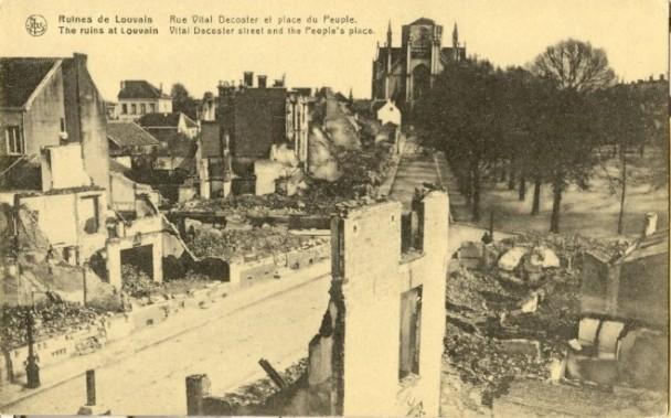 Alle huizen langs de Volksplaats (nu Ladeuzeplein) werden in brand gestoken, met uitz. van twee (foto Stadsarchief Leuven)