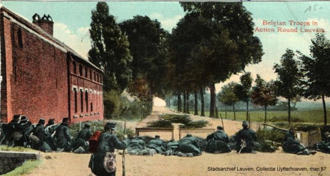 Wegversperring, waarschijnlijk op Tiensesteenweg, van de Belgische achterhoede tijdens de terugtrekking van het Belgische veldleger (Stadsarchief Leuven)