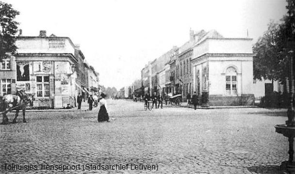 Tiensepoort mét tolhuisjes. Rechts is de postbus te zien, achter dewelke Leon Schreurs zich verschanste.