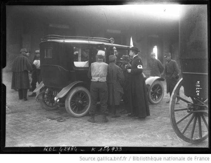 Ziekenvervoer in een opgeëiste wagen (foto Bibliothèque nationale de France)