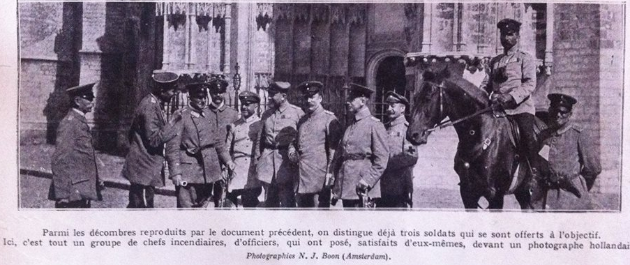 Duitse manschappen voor de St-Pieterskerk in Leuven. Het onderschrift identificeert de mannen als 'chefs incendiaires', brandstichters dus (foto: met dank aan Tom Michiels)