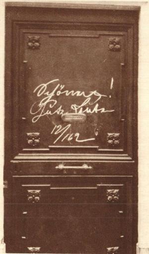 """Duitse troepen op doortocht wisselden berichten met elkaar uit  door met krijt op de deur te schrijven. Hier: """"Schonung. Gute Leute""""  om aan te duiden dat de bewoners met rust moesten worden gelaten.  Het bericht is ondertekend door de 12de eenheid van het infanterieregiment nr.  162  uit Lübeck (foto Illustrated War News)"""