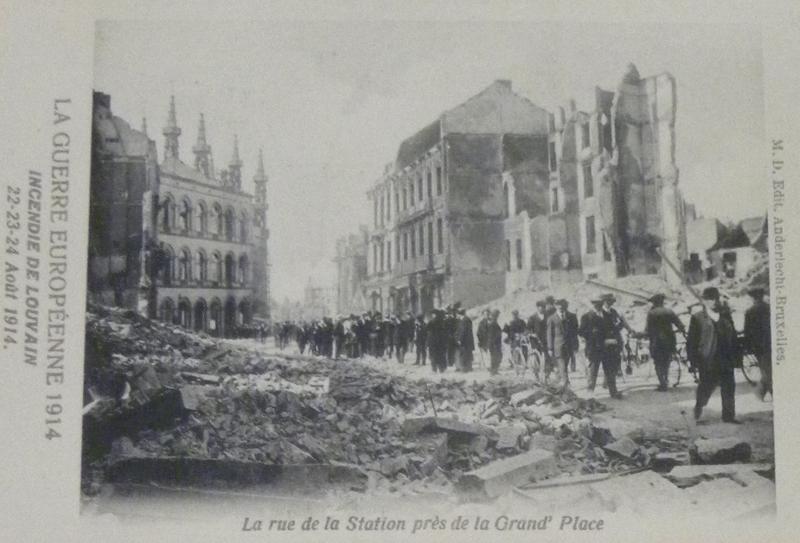 Kort nadat het nieuws over de terreur in Leuven wereldwijd bekend was geraakt, spoedden  ramptoeristen zich naar Leuven om er zich aan de ruïnes van de stad te vergapen. De grootste materiële schade werd op foto's vastgelegd en later in de vorm van prentbriefkaartjes verspreid (foto Stadsarchief, collectie Sprengers, map 46)