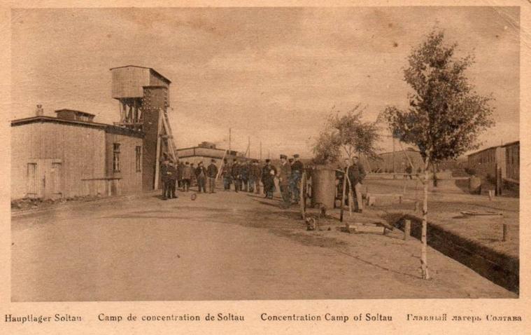 Burgergevangenen uit Leuven werden eind augustus 1914 naar kampen in Duitsland gedeporteerd.  Maandenlang moesten ze er verblijven, zonder een duidelijke aanklacht. Over het lot van deze afgevoerde gevangenen was in de thuisstad nauwelijks iets bekend. Deze foto toont het gevangenekamp Soltau.