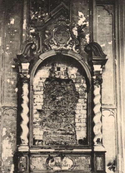 Uitgekapt zij-altaar van de Sint-Pieterskerk in Leuven (foto Stadsarchief Leuven,  Library of Congress)