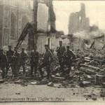 Soldaten voor de rokende puinen bij de Sint-Pieterskerk (foto Stadsarchief Leuven)