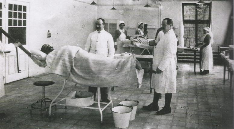 Een hospitaal uit de eerste wereldoorlog. In het Leuvense St-Thomashospitaal stond dr. Tits aan het hoofd van een hele medische ploeg die gespecialiseerde medische zorgen aan gekwetsen verleenden.