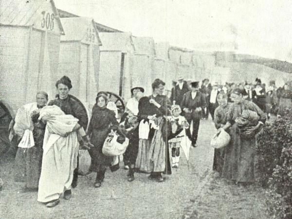 Belgische vluchtelingen op het strand van Oostende, hopend op een overtocht naar Groot-Brittannië (foto de Gerlache 1917)
