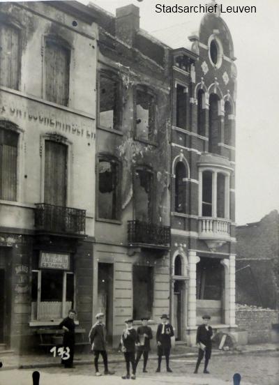 Uitgebrande huizen: een zeldzame foto van een stuk Diestsevest, richting spoorwegbrug (foto Stadsarchief Leuven)
