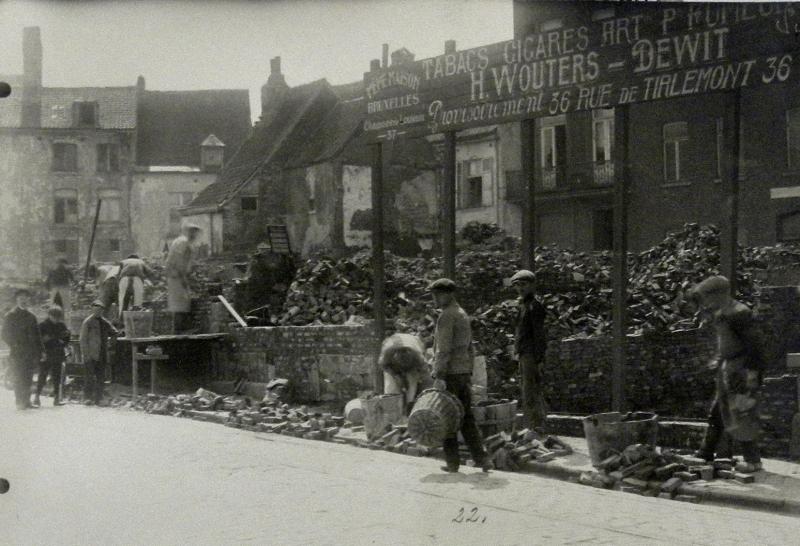 Bouw van de 'muur van Leuven', 1917, als afsluiting van vernielde eigendommen (foto Stadsarchief Leuven, fototheek)