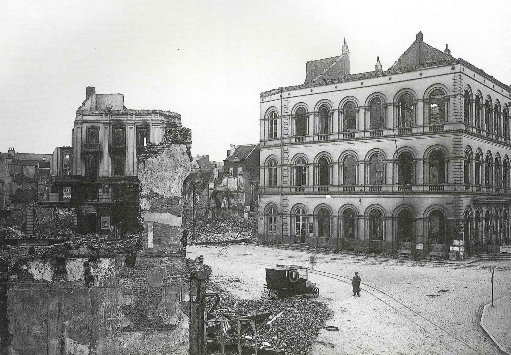 Het Tafel Rond op de Grote Markt, na 1918 in historiserende gotische stijl heropgebouwd (foto Stadsarchief Leuven)