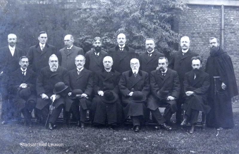 Valerius Claes (helemaal rechts op de foto) en het hulpcomité in 1916.  Nadat zijn taak als brancardier er bij het noodhospitaal Sint-Thomas in november 1914 op zat, werd Claes gevraagd om een Leuvens hulpcomité voor werklozen op te richten (foto Stadsarchief Leuven, fototheek)