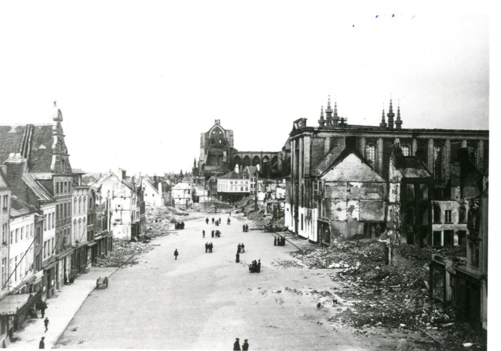Oude Markt vanuit het Jozefietencollege gefotografeerd. Achter op de foto in het midden is de Sint-Pieterskerk zichtbaar (foto archief Onroerend Erfgoed Vlaams-Brabant)