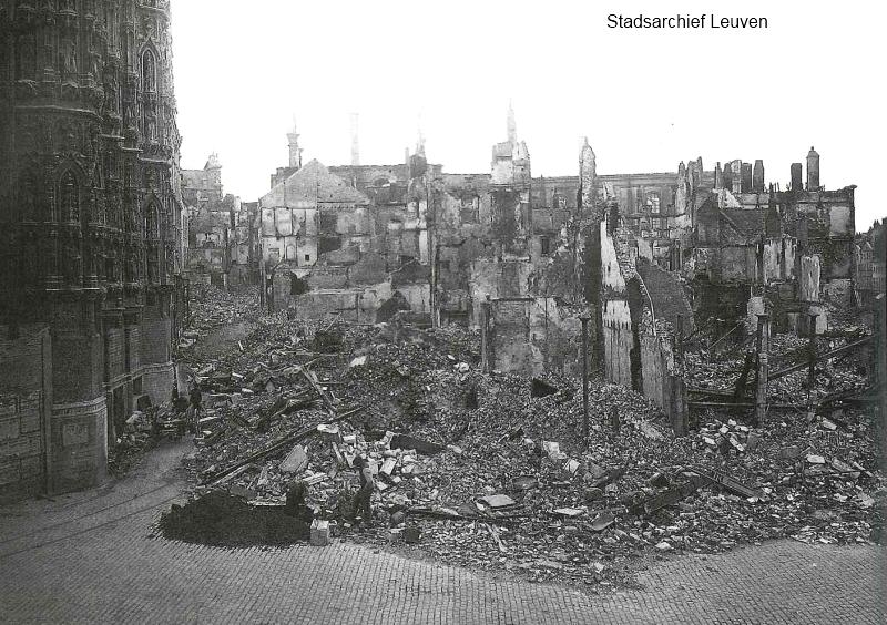 Naamsestraat: alleen het deel tussen de Grote Markt en de universiteitshallen was in de as gelegd (foto Stadsarchief Leuven)