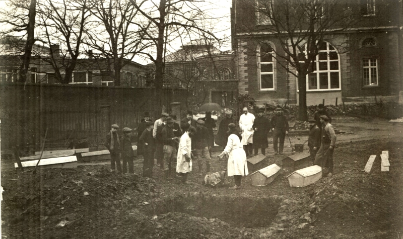 In dit massagraf in de tuin achter het Sint-Pietersziekenhuis werden op 18 februari 1915 de stoffelijke resten gevonden van Victor Vanhentenryck (foto Stadsarchief Leuven)