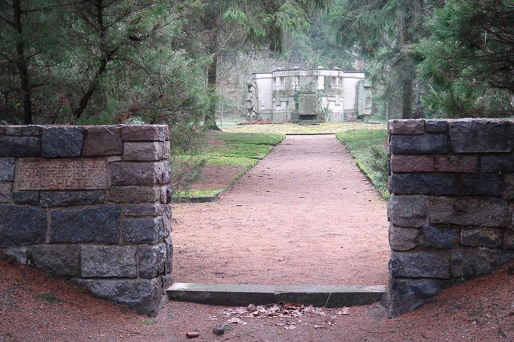 Monument op de voormalige begraafplaats van kamp Soltau, het enige overblijfsel (foto Tim Schredder)