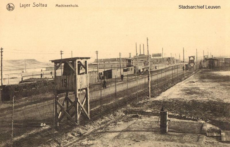 Metershoge prikkeldraad en wachttorens omgeven het kamp van Soltau (foto Stadsarchief Leuven)
