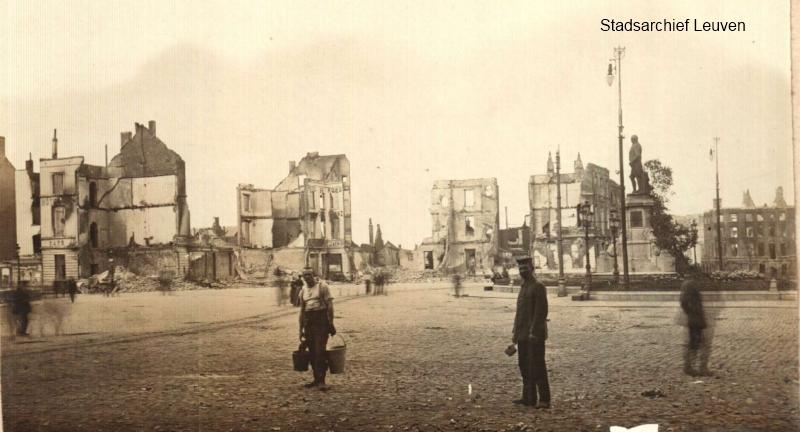 Stationsplein van Leuven na de brandstichtingen, rechts aanzet van de Diestsevest (foto Stadsarchief, collectie Sprengers)