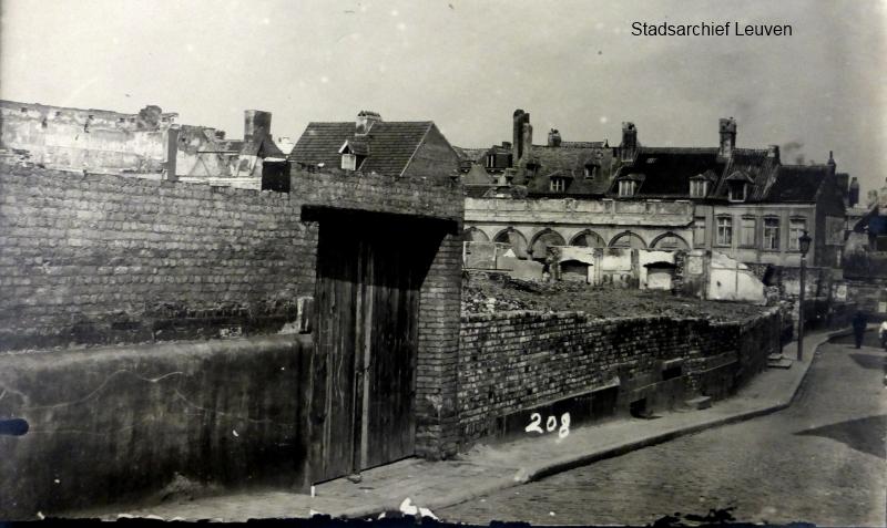 De 'muur van Leuven' in de Vaartstraat, tussen Diestsestraat en Rijschoolstraat (foto Stadsarchief Leuven, fototheek)