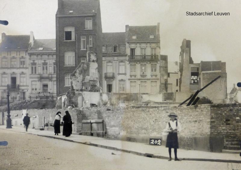 Vanderkelenstraat, de 1,5m hoge muur schermde de met puin bedekte percelen van de straat af (foto Stadsarchief Leuven, fototheek)