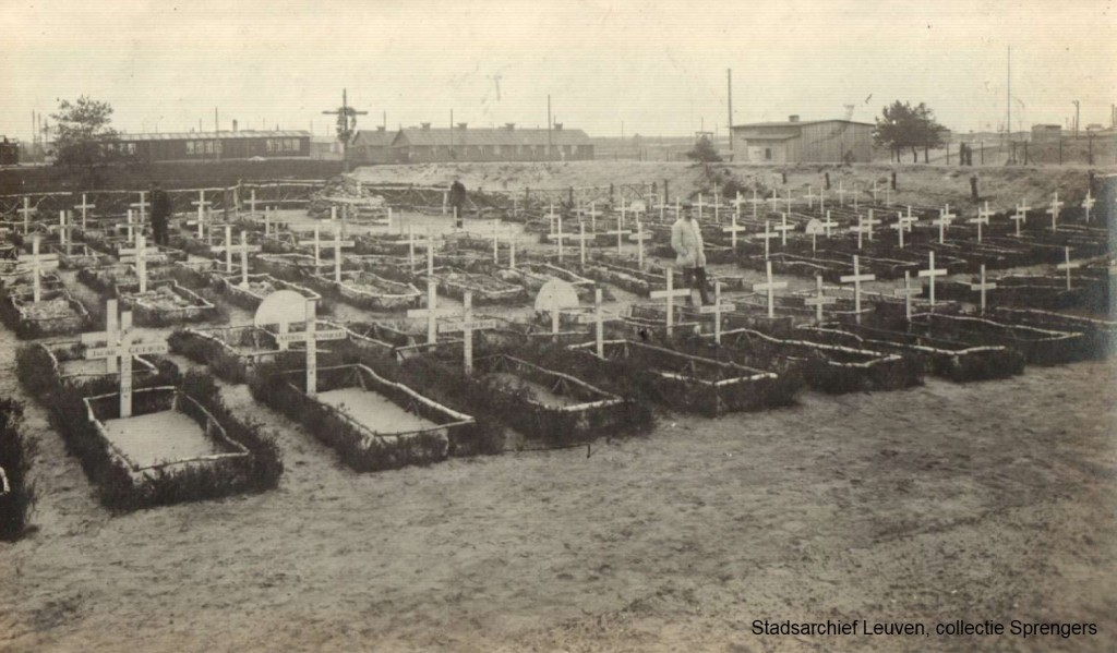 De begraafplaats van kamp Soltaumet het graf van Charles Schots. Op de achtergrond zijn de barakken van het kamp zichtbaar (foto Stadsarchief Leuven)